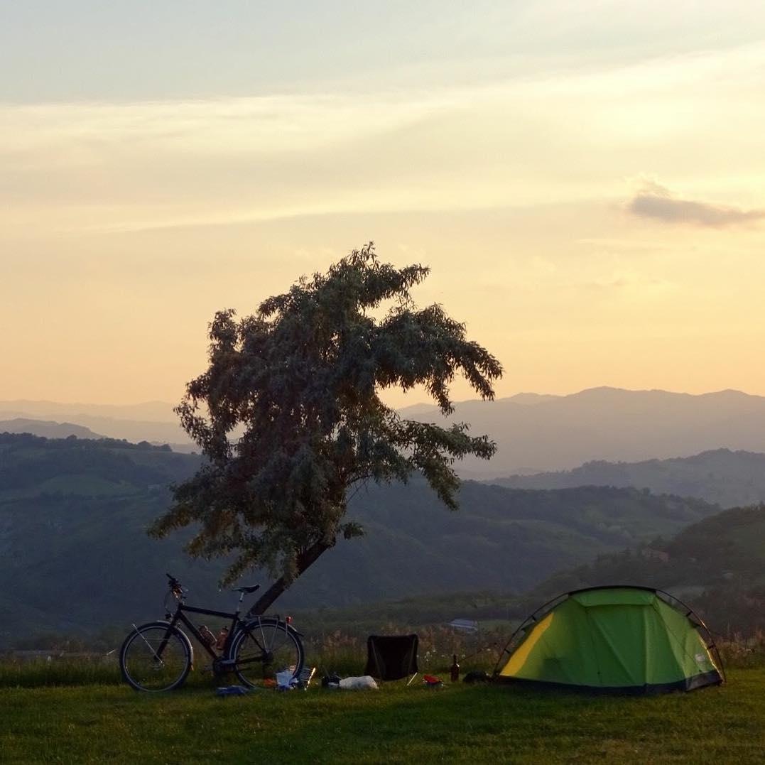 Vanuit Twente helemaal in z'n eentje naar Perticara gefietst! ???????????? Enorm veel respect voor campinggast (Andre Zweerink) die deze super mooie en idyllische foto met ons wilde delen. Gisteravond gemaakt vanaf ons panoramaveld. ???? #nofilter