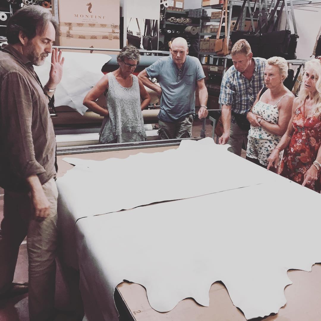 Daniel Montini verteld ons alles wat we moeten weten over de productie van leren tassen. Super interessant! 🤔