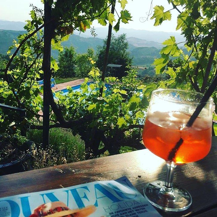 Met een Aperol Spritz🍹 en een tijdschriftje genieten van het adembenemende uitzicht vanaf het terras… #vakantie  Foto credits voor  @greetje.nellriemen)