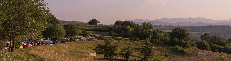 Kampeerplaatsen op het laagste kampeer terras.