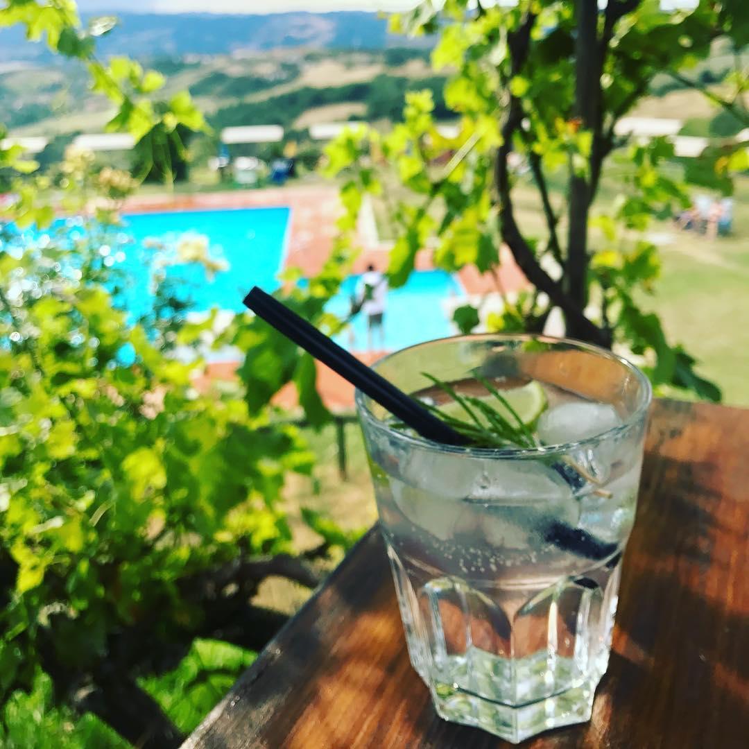 Met een gin tonic🍋🍸op het terras! ☀️😎 Bah bah…wat een slecht leven! (foto gemaakt door @jeroen_wassen )